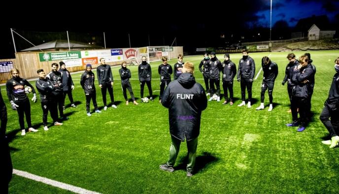 PÅ FELTET: Flint Tønsberg-trener John Arne Riise forteller at han er stolt av spillerne. Dette bildet ble tatt like etter at han ble trener i 2019. Foto: Christian Roth Christensen
