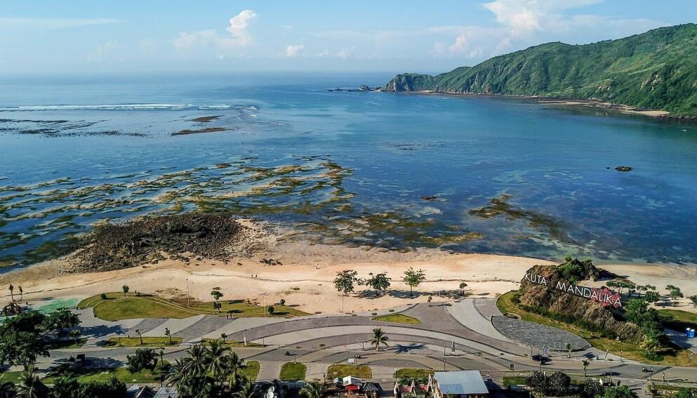 PROSJEKT: I 2019 ble det startet et prosjekt for å forbedre kystlinja til Mandalika på øya Lombok, noe som skulle tiltrekke flere ferieturister. Foto: Arsyd Ali / AFP / NTB.