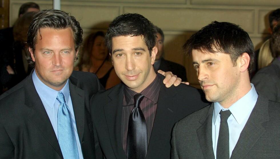 ÆRLIG: «Friends»-skuespiller Matthew Perry innrømmer at han slet med å spille Chandler Bing under innspillingen av seriesuksessen. Her med medskuespillerne David Schwimmer (i midten) og Matt LeBlanc i 2002. Foto: Stewart Cook / REX / NTB