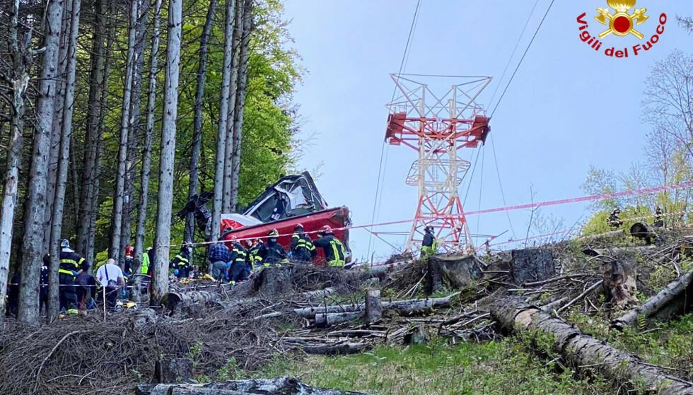 SMALT I BAKKEN: Taubanevognea smalt i bakken søndag. Årsaken bak ulykken etterforskes for øyeblikket. Foto: Vigili del Fuoco Firefighters via AP