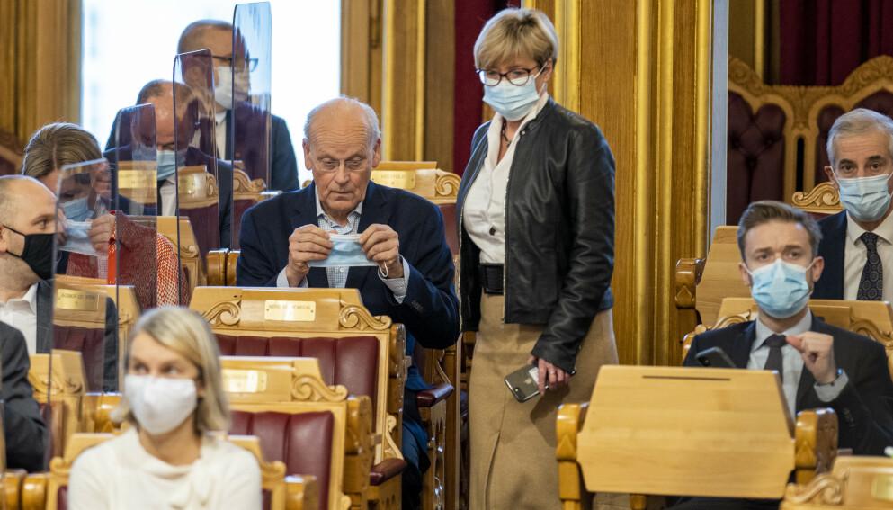 MER ENN SYMBOLPOLITIKK: De tillitspersoner som kan pålegge sine medborgerne byrder, må vise seg villig til å leve med virkningene uten særbehandling, skriver Høyres Michael Tetzschner som her tar på munnbind. Foto: Heiko Junge / NTB