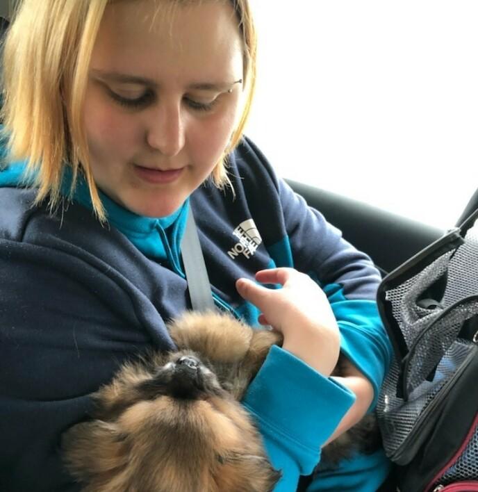 DYREVENN: Frøya jobber i en dyrebarnehage og stortrives. Selv har hun to hunder og to katter. Foto: Privat