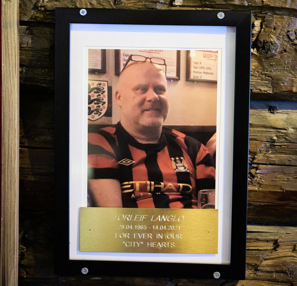 CITY HEARTS: Langlo døde på Three Lions i Trondheim 14. april, mens han så kamp. Dette bildet er hengt opp inne på puben, til hans minne, av resten av City-supporterne.