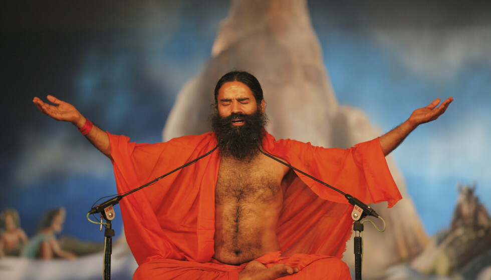 TV-GURU: Baba Ramdev har blitt en kjent skikkelse i India, etter å ha gjort det stort med yoga på TV. Han har også lansert sitt eget selskap, som blant annet selger urtemedisin. Her avbildet i 2013. Foto: Rajesh Kumar Singh / AP / NTB