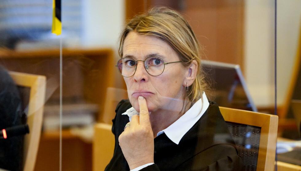 AKTOR: Statsadvokat Irlin Irgens presser den tiltalte mannen. Hun mener drapet bunner i en konflikt mellom Oslo-miljøer. Foto: Ole Berg-Rusten / NTB