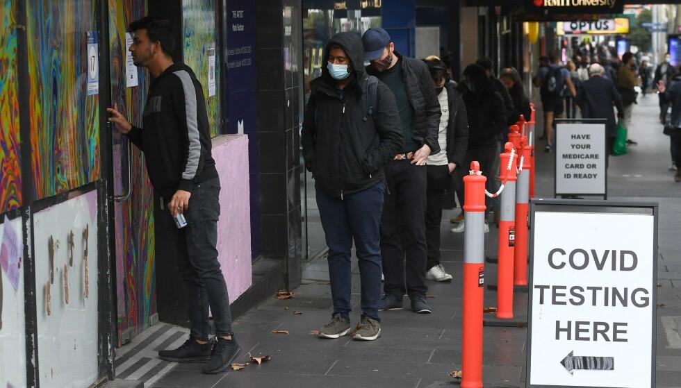 MÅ TESTE SEG: Helsemyndighetene har bedt tusenvis av fotballfans teste seg for coronavirus etter at en coronasmittet person var på en fotballkamp i Melbourne på søndag. / AFP