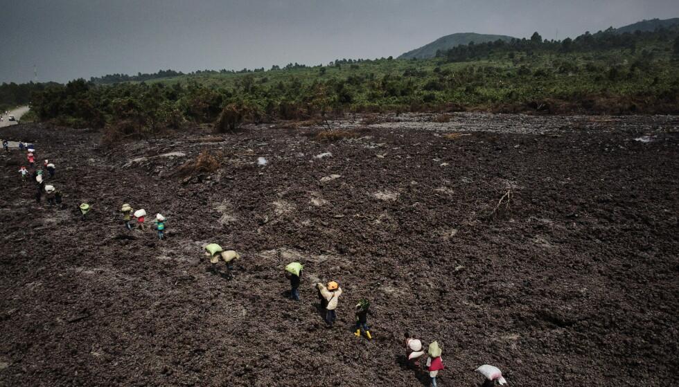 FLERE PÅ FLUKT: Hver eneste dag legger i gjennomsnitt 6000 nye innbyggere i Den demokratiske republikken Kongo på flukt. Vulkan-utbruddet fra Nyiragongo-fjellet sprer nå enda mer lidelse i det hardt prøvede landet. Her flykter innbyggere fra den nordlige delen av millionbyen Goma, som er rammet av utbruddet. Mer enn hundre barn er meldt savnet. Foto: EPA / NTB