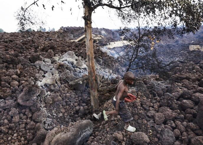 HUNDREVIS SAVNET: Over hundre barn er ifølge Unicef kommet bort fra foreldrene sine og savnet etter vulkanutbruddet i helga. Det fryktes også flere utbrudd fra Nyiragongo, en av verdens farligste vulkaner. Foto: EPA / NTB