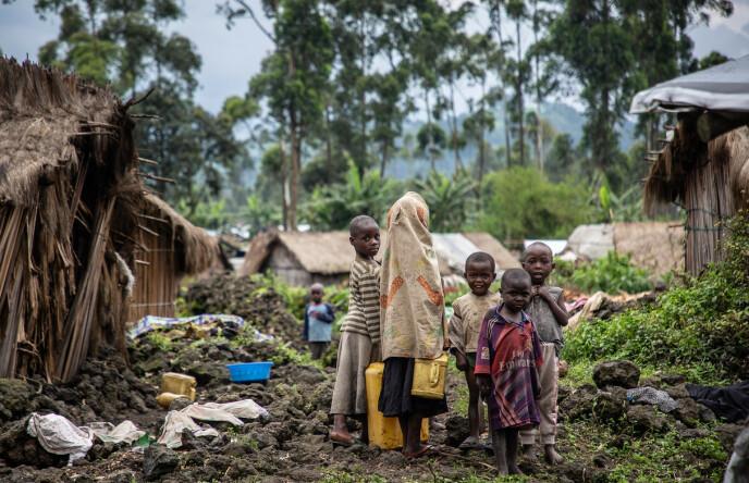 UTEN PAPPA: Disse barna er ute og leiter etter mat og vann i Kishanga-leiren, som ikke lenger får nok humanitær hjelp. - Livet er hardt. Vi går ofte flere dager uten mat, sier barnas 26-årige mor, Noella Furuha, til Flyktningshjelpens utsendte. Foto: NRC