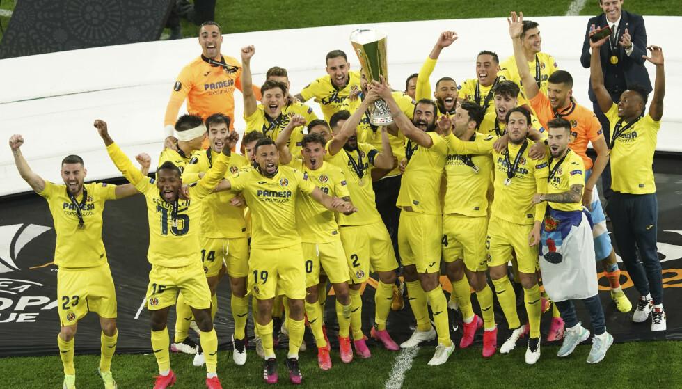 JUBELSCENER: Det spanske laget løftet Europa League-pokalen. Foto: NTB