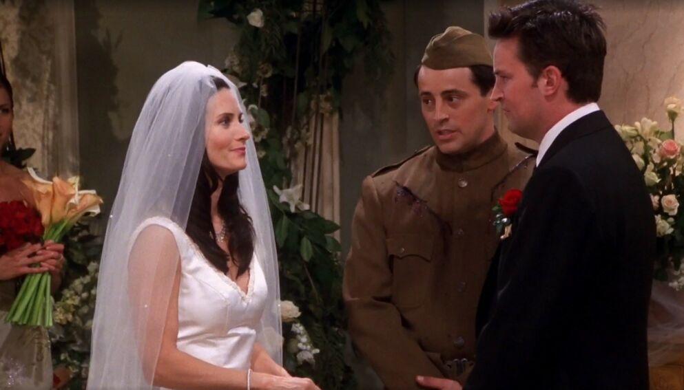 EKTE FAMILIE: I «Friends» gifter Courteney Cox og Matthew Perrys karakterer seg. Nå viser det seg at de er i familie. Foto: Warner Bros.