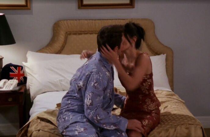 STARTEN: Slik startet forholdet mellom Chandler og Monica i London. Foto: Warner Bros.