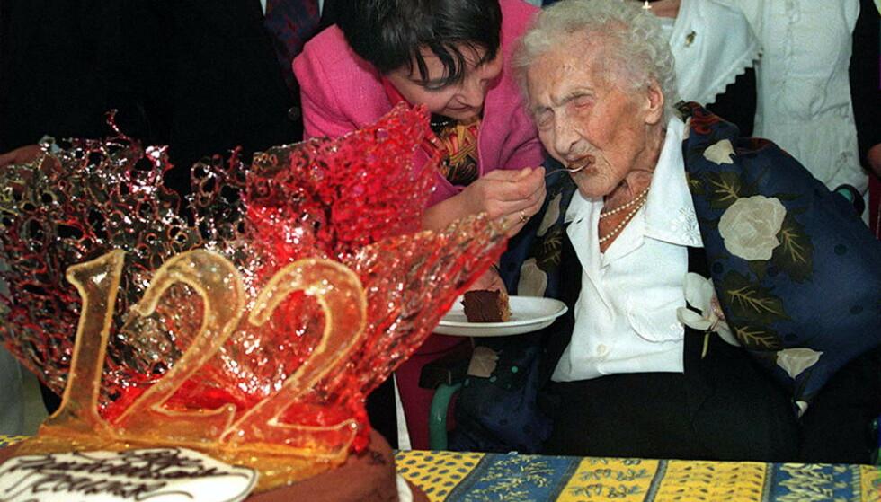 VERDENS ELDSTE: Den franske kvinnen Jeanne Calment var verdens eldste person da hun døde i 1997. Hun ble 122 år gammel. Her feirer hun bursdagen sin, før hun døde samme år. Foto: Georges Gobet/ Reuters/ NTB