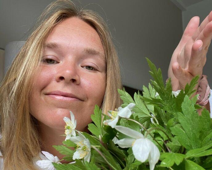 BUKETT: For å få tida til å gå, har Vida Lill vært ute og plukket hvitveis som pynt til hotellrommet. Foto: Privat