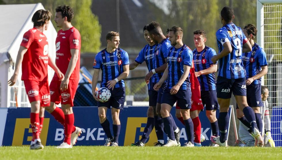SCORET: Stabæks Sammy Skytte jubler med lagkamerater etter 1-0.