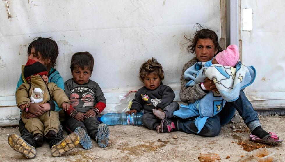 USKYLDIGE OFRE: Over 22 000 barn med minst 60 ulike nasjonaliteter er nå internert i leire eller fengsler i det nordøstlige Syria. Disse barna er i den kurdisk-kontrollerte al-Hol-leiren i det nordøstlige Syria. Minst fire norske barn skal også være her. Både kurdiske myndigheter, Redd Barna, Unicef, HRW og andre organisasjoner ber norske myndigheter om å hente hjem sine borgere. - De er uskyldige ofre, sier Letty , direktør i Human Rights Watch. Foto: AFP / NTB