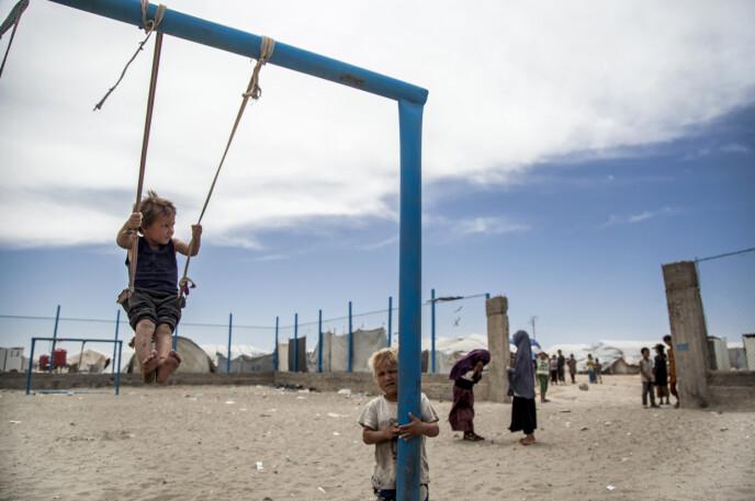 USKYLDIGE: Rundt 60 000 kvinner og barn bor i al-Hol-leiren. Nå ber den anerkjente menneskerettighetsgruppa Human Rights Watch Norge hente hjem sine borgere. Foto: Ap / NTB