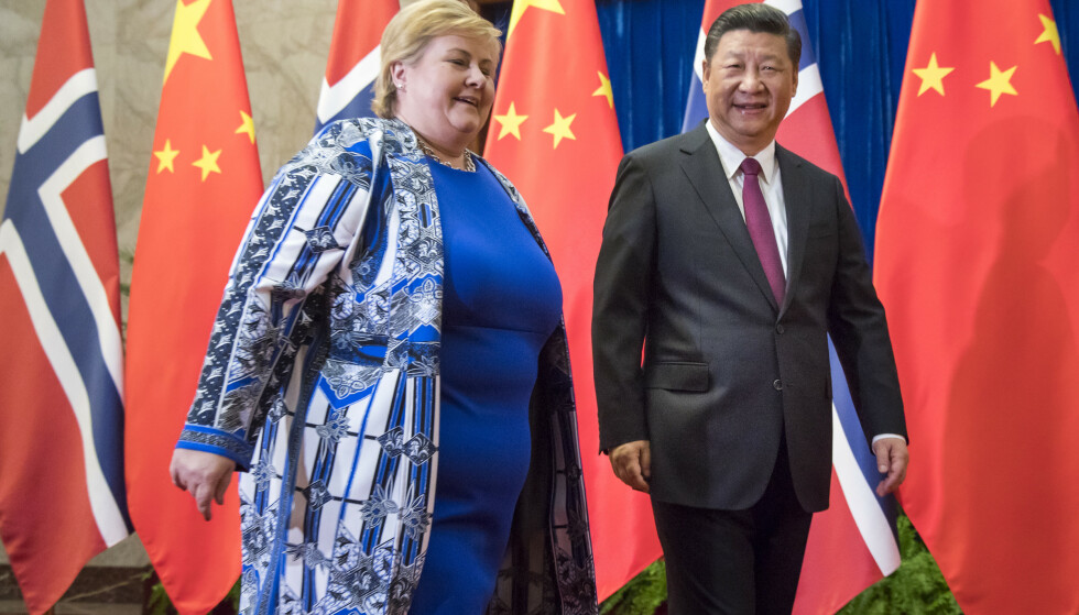 FORMALISERT KRYPING: Statsminister Erna Solberg med president Xi Jinping i Kina for å gjenoppta politisk og økonomisk samarbeid. Regjeringen signerte for fem år siden en avtale som sier at Norge ikke skal gjøre noe som kan skade forholdet til Kina. Foto: Heiko Junge / NTB