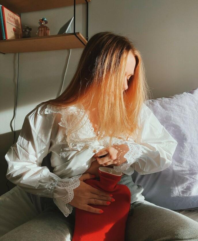 GOD VENN: For Kristiane Aateigen er varmeflasken en god venn når smertene er som verst. Foto: Privat