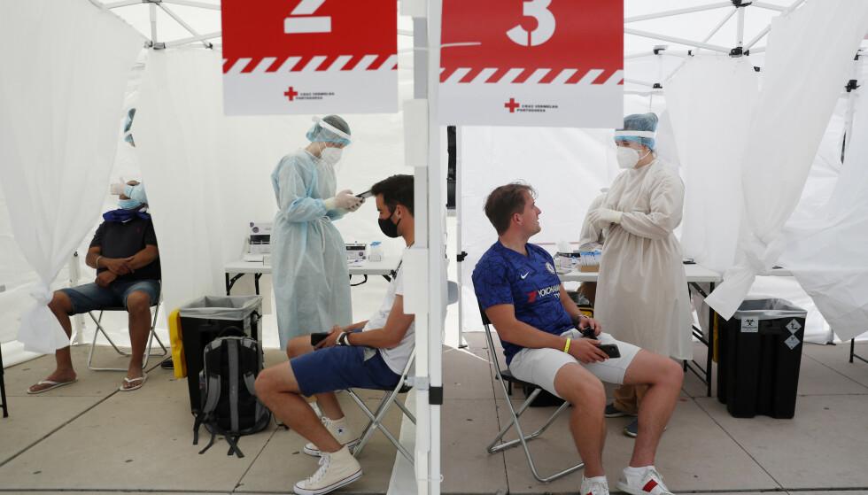 TESTES: Supportere som skal inn i såkalte fanzones må fremvise en negative covid-test. Foto: Reuters.