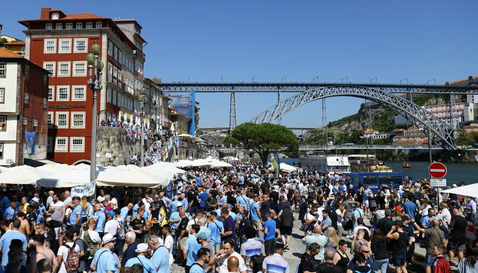 STORE FOLKEMENGDER: Mange supportere har samlet seg langs elven som renner gjennom byen. Foto: Reuters
