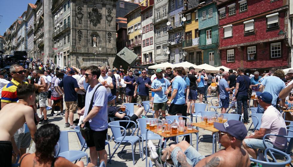 MYE FOLK: Mange supportere har samlet seg på barer i Porto. Foto Reuters.