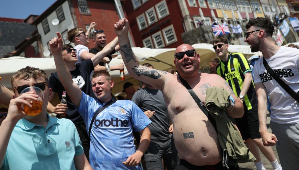 FEST: Britiske fotballfans i Porto. Foto: Reuters