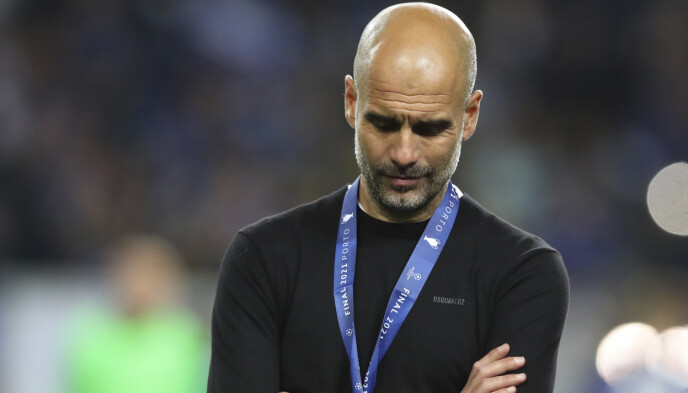 SKUFFET: Pep Guardiola måtte skuffet se på at Chelsea løftet Premier League-trofeet. Foto: AP
