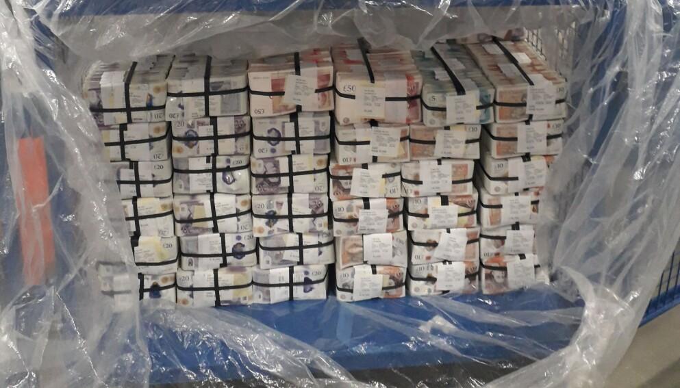 KJEMPEBESLAG: Politiet i London beslagla fem millioner pund, tilsvarende 59 millioner norske kroner, i en større aksjon. Foto: Metropolitan Police