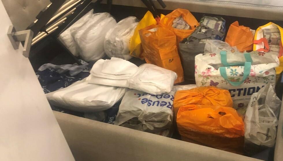 KONTANTER: Pengene ble blant annet funnet under en seng. Foto: Metropolitan Police
