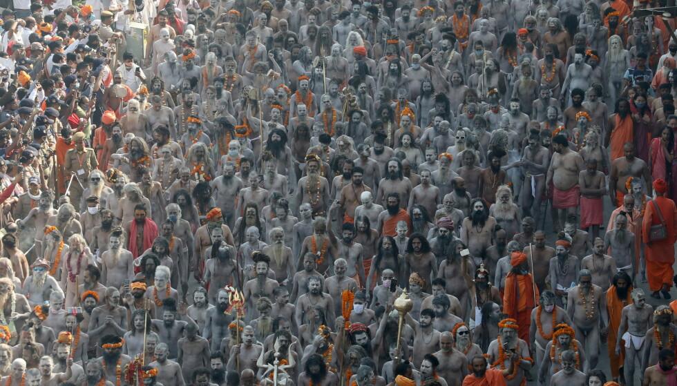 KUMBH MELA: Prosesjonen for å ta et bad i Ganges-elva under festivalen i Haridwar. Bildet er tatt 14. april 2021. Foto: REUTERS/Anushree Fadnavis / NTB