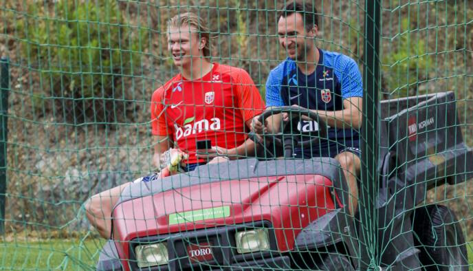 FULL FART: Erling Braut Haaland og materialforvalter Sigurd Ertsås lekte seg litt før dagens trening i Marbella. Foto: Geir Olsen / NTB