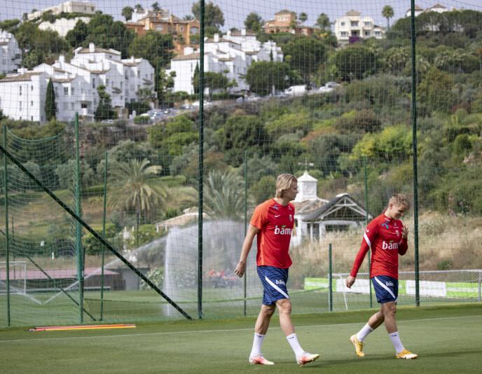 PERFEKTE FORHOLD: Treningsforholdene kunne ikke vært bedre. Her rusler Erling Braut Haaland og Martin Ødegaard ut på det grønne gresset på treningsanlegget La Quinta. Foto: Geir Olsen / NTB