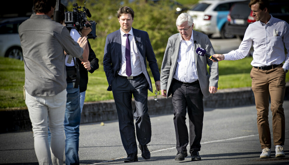 BESØKTE KRISTIANSEN: Advokat Arvid Sjødin og advokat Bjørn Gulstad på vei inn til Viggo Kristiansen. Foto: Bjørn Langsem / Dagbladet