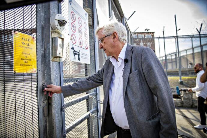 STERKT MØTE: Advokat Arvid Sjødin på vei inn fengselsporten for å møte Viggo Kristiansen. Foto: Bjørn Langsem / Dagbladet