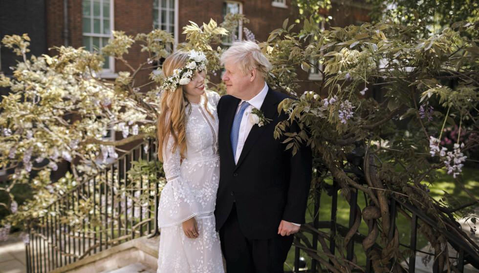 NYGIFT: Boris og Carrie ga hverandre sitt ja i en hemmelig seremoni. Feiringen skjer imidlertid ikke før neste år. Foto: Rebecca Fulton / Downing Street via AP / NTB