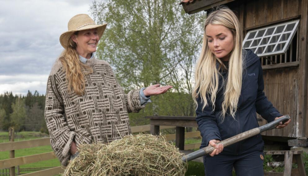 PÅ PLASS: Dorthe Skappel og influenser Sophie Elise Steen Isachsen er i full gang med innspillinga av «Farmen kjendis» i Aremark. Foto: Espen Solli / TV 2