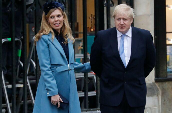 LYKKEN SMILER: Boris Johnson og Carrie Symonds er nå mann og kone. Her er paret avbildet i mai i år. Foto: Tolga Akmen /AFP / NTB