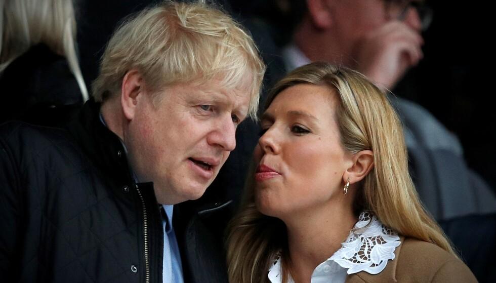 SMASK: Turtelduene Boris og Carrie datet lenge i skjul, før de omsider bekreftet forholdet. Her er paret avbildet i fjor. Foto: Adrian Dennis / AFP / NTB