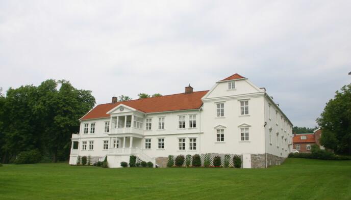 ØSTFOLDSIDYLL: Her ser man hvitmalte Borregaard hovedgård i Saprsborg. Foto : Berit Roald / NTB