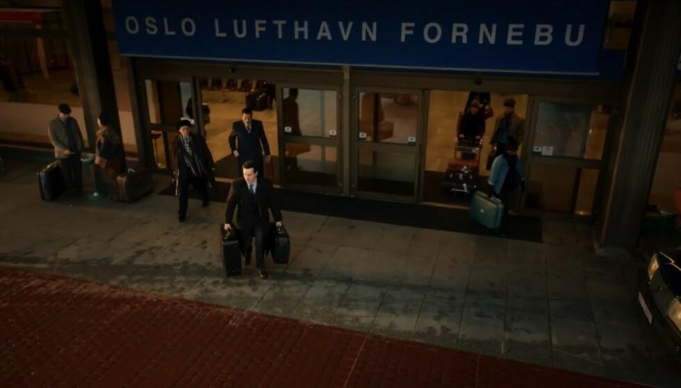 RØD LØPER: I denne scenen befinner Terje Rød Larsen (Andrew Scott) seg på Oslo Lufthavn Fornebu som nå har fått brostein. Foto: HBO