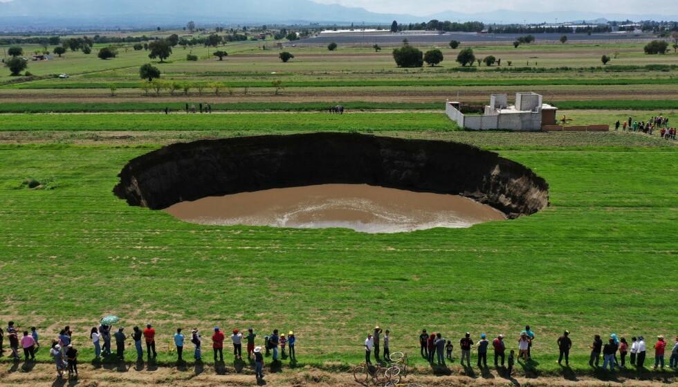 60 METER: Synkehullet vokste raskt. Onsdag er synkehullet 60 meter i diameter og 20 meter dypt. Foto: Jose Castamares / AFP / NTB