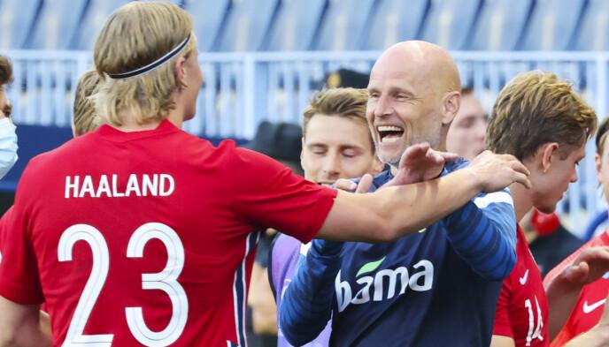 FØLELSER: Ståle Solbakken gratulerer Erling Braut Haaland med målet. Foto: Geir Olsen / NTB