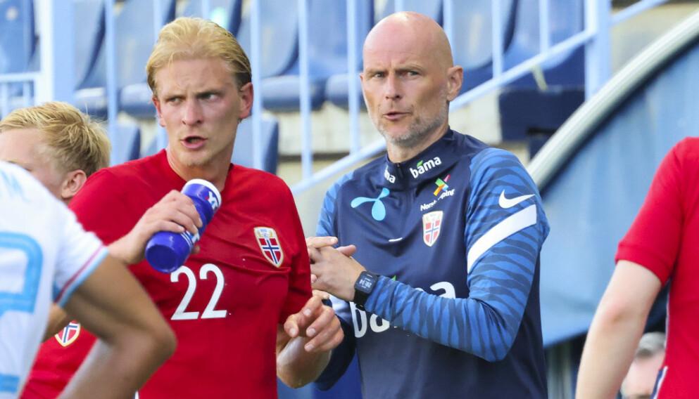 KLAR TALE: Ståle Solbakken måtte gi Morten Thorsby (t.v.) saftige instrukser. Dette bildet er fra en annen situasjon. Foto: Geir Olsen / NTB