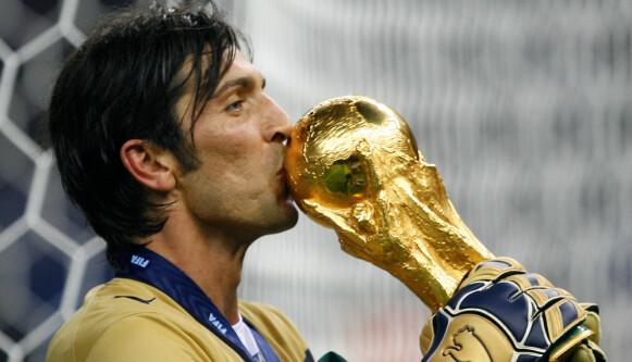 LANG VEI TIL DRØMMEN: Gianluigi Buffon vant aldri EM, men sto i mål da Italia vant VM i 2006. Foto: Jasper Juinen / AP / NTB