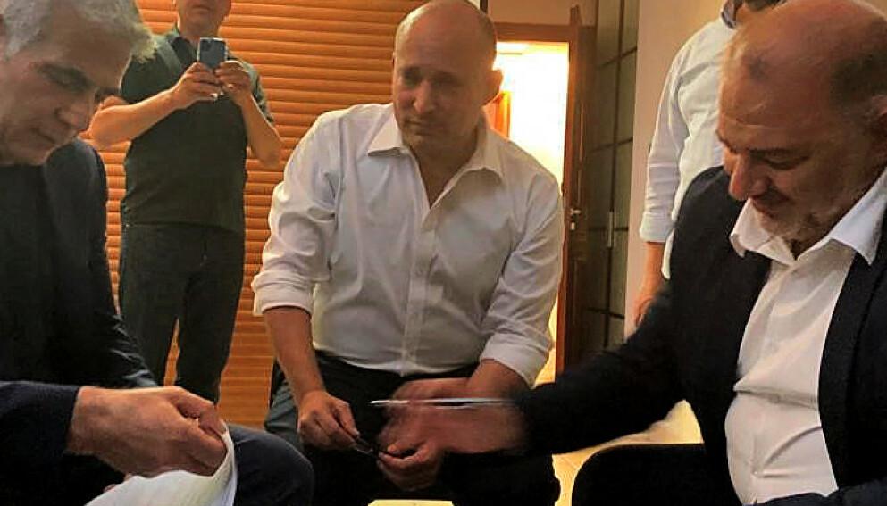 TRIO I SPAGAT: Her setter palestineren Mansour Abbas (t.h.) navnet sitt på dokumentet som trolig gir Israel ny regjering. Han og de to partnerne, Yair Lapid (t.v.) og Naftali Bennett, har ikke mye til felles. Foto: AFP/ HO/ RAAM/NTB Scanpix
