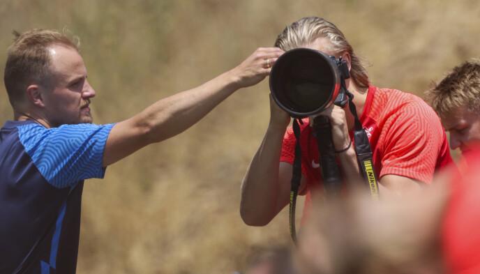 FOTOGRAF HAALAND: Erling Braut Haaland låner kameraet til Bildbyrån under treninga i Marbella. Foto: Geir Olsen / NTB
