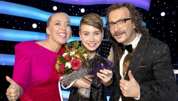 «STJERNEKAMP»: Ella Marie vinner «Stjernekamp» på NRK, og gratuleres av programlederne Mona B. Riise og Thomas Felberg. Foto: Nina Hansen