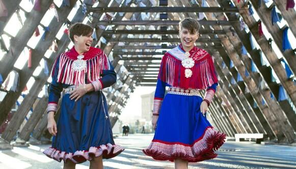 KOFTEFINE: Ella Marie er stolt over sitt samiske opphav, her sammen med mamma Britt Elin Hætta Isaksen – begge koftefine. Foto: Astrid Waller