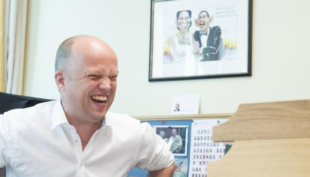 SVARER: Sp-leder Trygve Slagsvold Vedum på kontoret på Stortinget. Vedum forsikrer Ketil Solvik-Olsen om at strømprisen skal ned med Senterpartiet i regjering. Foto: Berit Roald / NTB